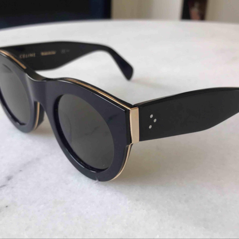 Celine solglasögon. Säljer mina oanvända Celine solglasögon Model: cl 41096/s Fodral tillkommer  Nypris: 4189kr. Accessoarer.