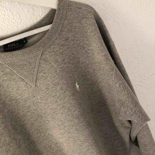 Snygg Ralph Lauren sweatshirt köpt för 599kr och använd endast 1 gång. Tröjan är väldigt liten i storleken skulle mer säga att det är en M eller L.