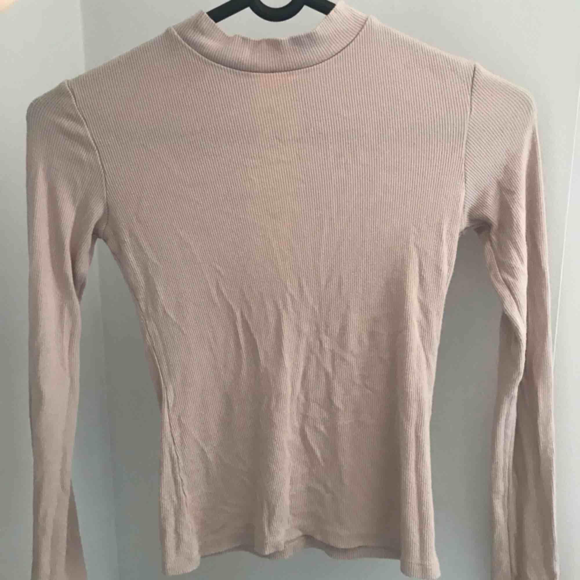 Nude, ribbad tröja från nelly säljer pga den blivit för liten för mig  Köparen står för frakt . Huvtröjor & Träningströjor.
