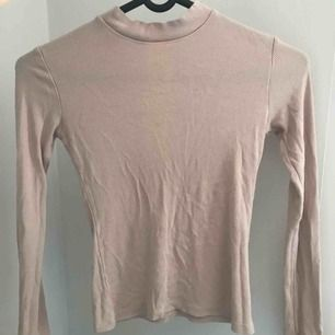 Nude, ribbad tröja från nelly säljer pga den blivit för liten för mig  Köparen står för frakt