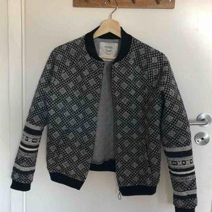 Säljer denna mönstrade jacka/kavaj. Köpt för ca 2 år sedan på Bershka för ca 500kr. Använd fåtal gånger och därför i nyskick.