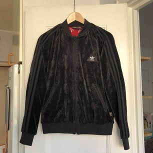 En jacka från Adidas x Pharrell. Storlek 36/small, damstorlek. Skick: 9/10. Levereras nytvättad. Finnes på Södermalm, Stockholm. Kan postas men då står Du för frakten, (72kr). Mvh Marija & Nugget