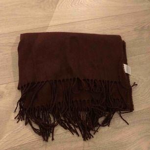 Lång plommonlila halsduk. Använd från januari-mars under 2018. 186x64cm. Fraktkostnad: 40kr