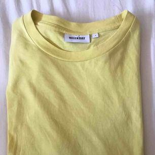 En basic t-shirt ifrån Weekday i färgen ljusgul💛💛, Fåtal gånger jag har använt den. Frakt tillkommer💌