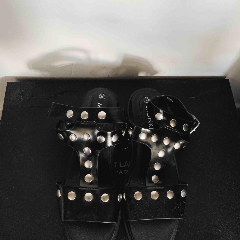 Helt oanvända skor från Monki med platå. Skor.