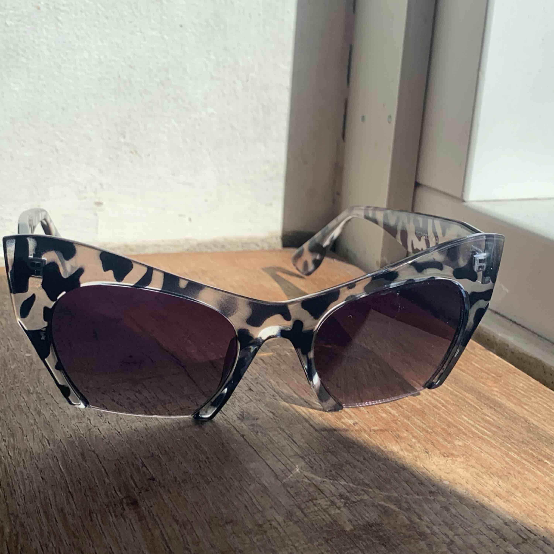 Cateye solglasögon med en cut off detalj på nedre kanten. Har någon liten minirepa på glaset vilket inte direkt syns om man inte granskar de. Frakt 39kr, allt som allt 100kr ✨. Accessoarer.