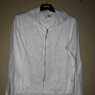 En hoodie köpt på hm i storlek m men är lite liten i storlek så passar s också, frakt tillkommer☺️