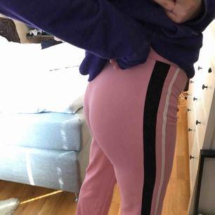 Skitsnygga byxor, storlek M men passar även S🥰 Köparen står för frakt men kan mötas i Stockholm!