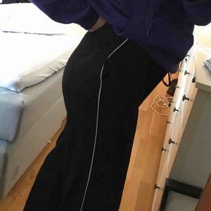 Skitsnygga byxor, storleken är M/L men passar S och säkert XS då man kan knyta i midjan, (dem ska vara lite oversize) köparen står för frakt eller så möts vi upp i sthlm🦋