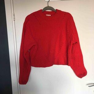 Röd fin stickad tröja, lite kortare modell 🌟