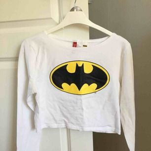 Batman croptop från h&m. köpt för ett antal år sedan, använd några få gånger. säljer pga ej användbar. något kort i armarna för mig, men jag är lång o har långa armar. Frakt tillkommer