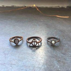 En Harry Potter ring och två med stenar. En för 10 kr. OBS! Fraktar inte, möts upp i stockholm
