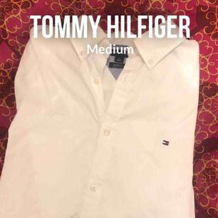 Vit skjorta ifrån Tommy hilfiger. Slim fit. 🌟 herrmodell. Tar swish och kan fraktas🥳 förlåt för skrynklig på bild men det fixas innan den skickas!!😉 (Säljer även en skjorta från Ralph lauren)🤩