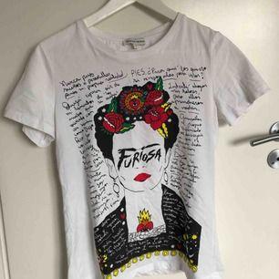 Vit t-shirt med tryck, köpt för ca 400kr ifrån silvian heach. Använd en gång.