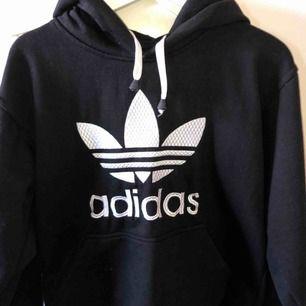 Svart adidas hoodie använd några gånger. Den är ganska stor i storleken men jag har vanligtvis xs och jag kan ha den:)
