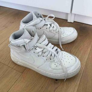 Skor från Nike. Har gulnat lite, därav priset. Även målade/fixade med vit sneakerskräm vilket borde vetas om. Swish. Kan mötas upp i Göteborg
