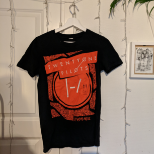 Twenty one Pilots shirt I bought on their 2016 tour in Cologne. Size S and quite true to size. Would sit tight on a M. Free shipping or can meet in Täby :)