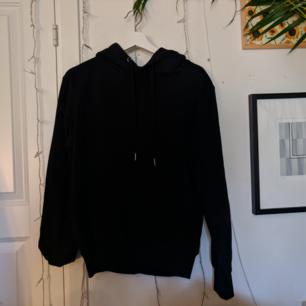Halvnopprig svart hoodie från Cubus. Lite stor i storleken! Jag kan antingen mötas upp i Täby eller frakta gratis 😄