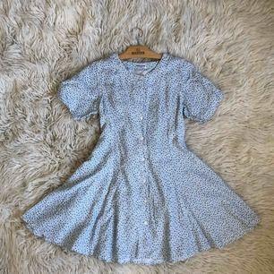 Jättefin klänning jag köpte här på plick men som tyvärr var lite för liten för mig! En knapp fattas, men finns en extra på tvättlappen, och sömmen för bandet där bak har börjat släppa lite, men ingenting som lite nål och tråd inte fixar snabbt! 🦋