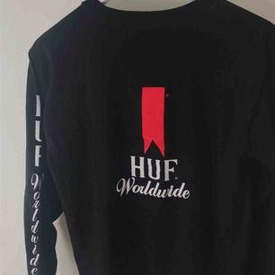 säljer min huf worldwide tröja, köpt på fairfax i LA. storlek S. detaljer på rygg, på ärm och på bröstet. köpare står för frakt!