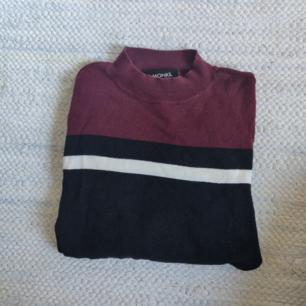 Jättefin tröja från Monki. Välanvänd men har absolut mer att ge. Hel och ren. Det står att den är storlek s, men jag tycker mer att den är xs. Kan säkert passa både och dock. Köparen står för frakt (20 kr). Tar endast Swish :)