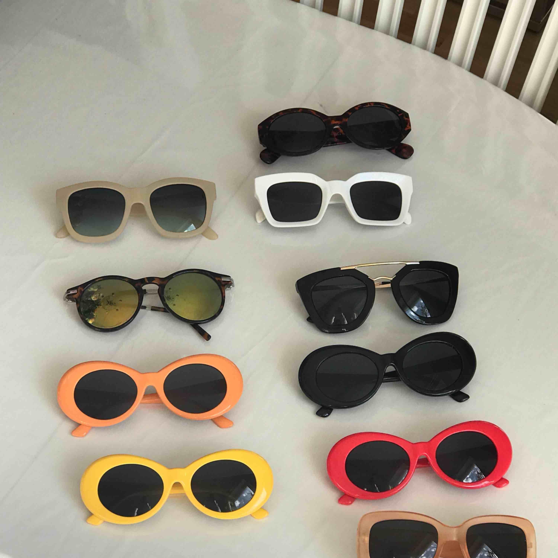 Solglasögon till vänster 20 kr/st, till höger 45 kr/st. Vid snabb affär kan jag tänka mig sälja till paketpris eller helt enkelt sänka med en tia.   Köparen står för frakt.💘. Accessoarer.