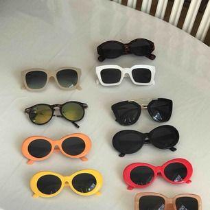 Solglasögon till vänster 20 kr/st, till höger 45 kr/st. Vid snabb affär kan jag tänka mig sälja till paketpris eller helt enkelt sänka med en tia.   Köparen står för frakt.💘