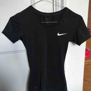 Jätteskön figursydd tränings t-shirt från Nike! Den är väldigt strechig så funkar även om man har storlek S:)