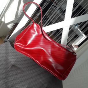 Stilren röd retrobag! Lite glossy läckert material♥️ FRI FRAKT