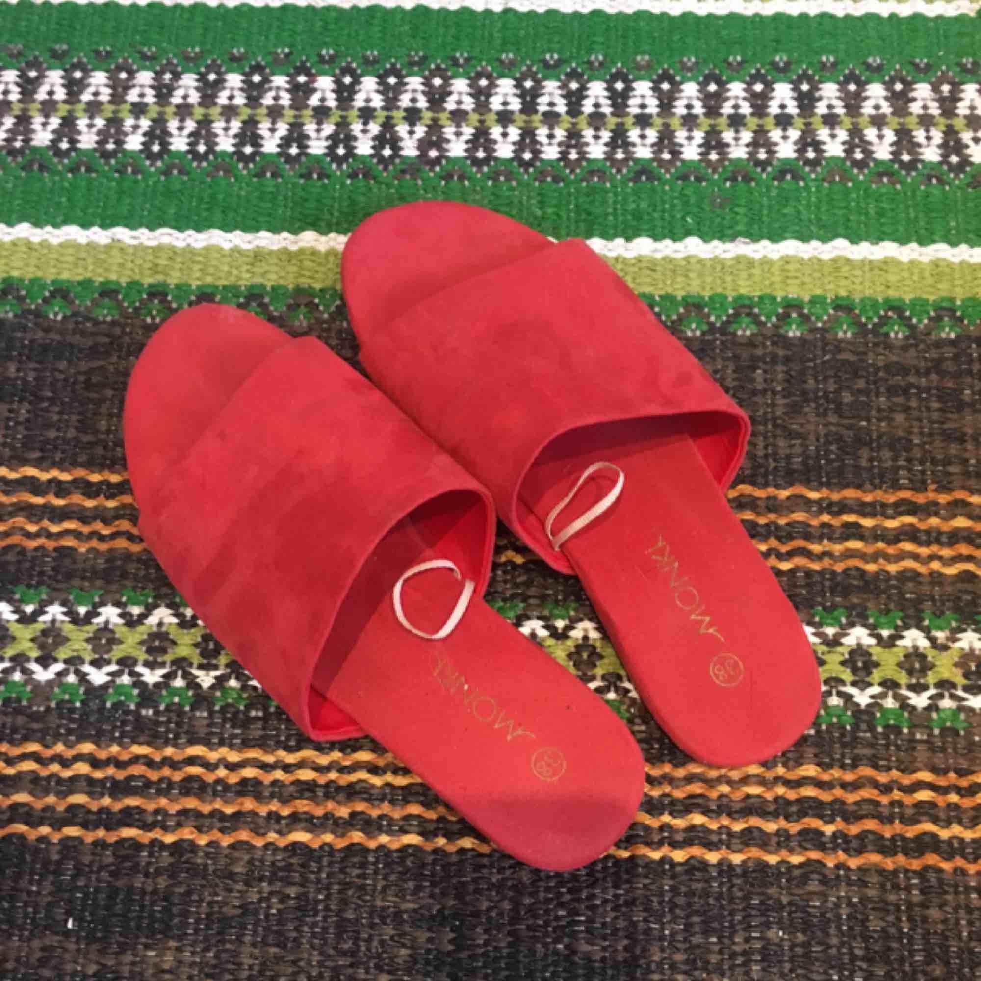 Röda i fakemocka  Använda en gång, fint skick. Perfekta sommarskor. Lätta & sköna. Köparen står för frakt . Skor.