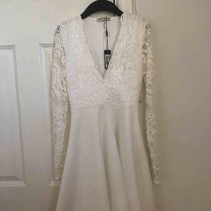Jättefin urringad vit spetsklänning, perfekt för avslutning eller student. Storlek XS Köpt på Nelly och aldrig använd. 250 kr + frakt 🤠