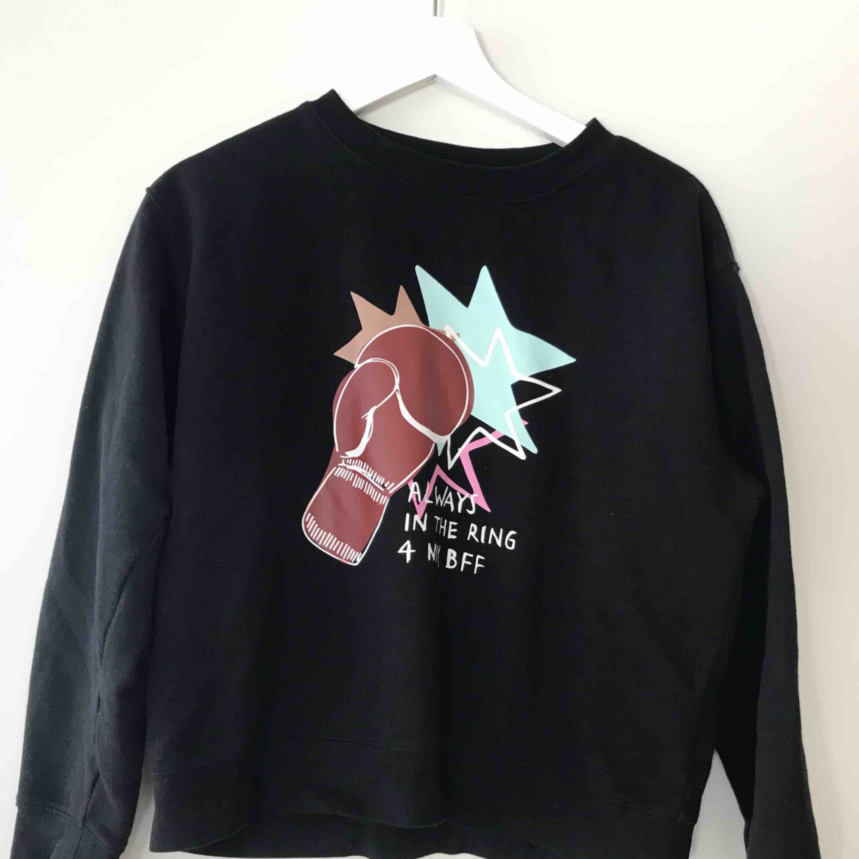 Sweatshirts från Monki, första i strl XS andra i S. Båda två använda max 2 gånger och kan tänka mig sälja som paket då de matchar. Annars 60 kr styck. . Huvtröjor & Träningströjor.