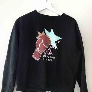Sweatshirts från Monki, första i strl XS andra i S. Båda två använda max 2 gånger och kan tänka mig sälja som paket då de matchar. Annars 60 kr styck.