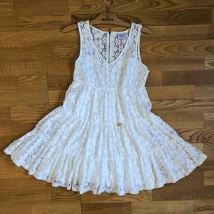 Jättefin vit spetsklänning från Bubbleroom, av Chiara Forthi! Använd max 3 gånger! Perfekt till studenten eller skolavslutningen 🎓 Pris kan diskuteras 🌟
