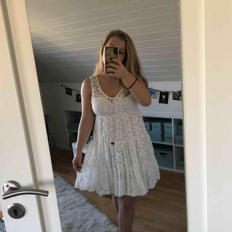 Jättefin vit spetsklänning från Bubbleroom, av Chiara Forthi! Perfekt till studenten eller skolavslutningen 🎓 Pris kan diskuteras 🌟. Klänningar.
