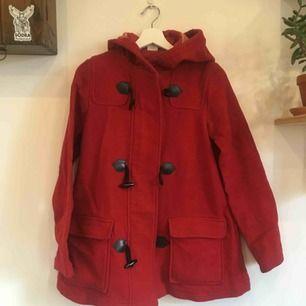 Superfin röd jacka köpt på monki för många år sen. Finns ej att köpa i butik. Perfekt skick förutom bild 3. Dragkedjan funkar dock precis som den ska.