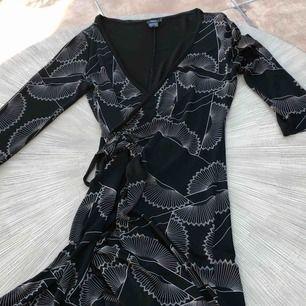 Omlott klänning FilippaK knälängd blank silkigt material Bra skick