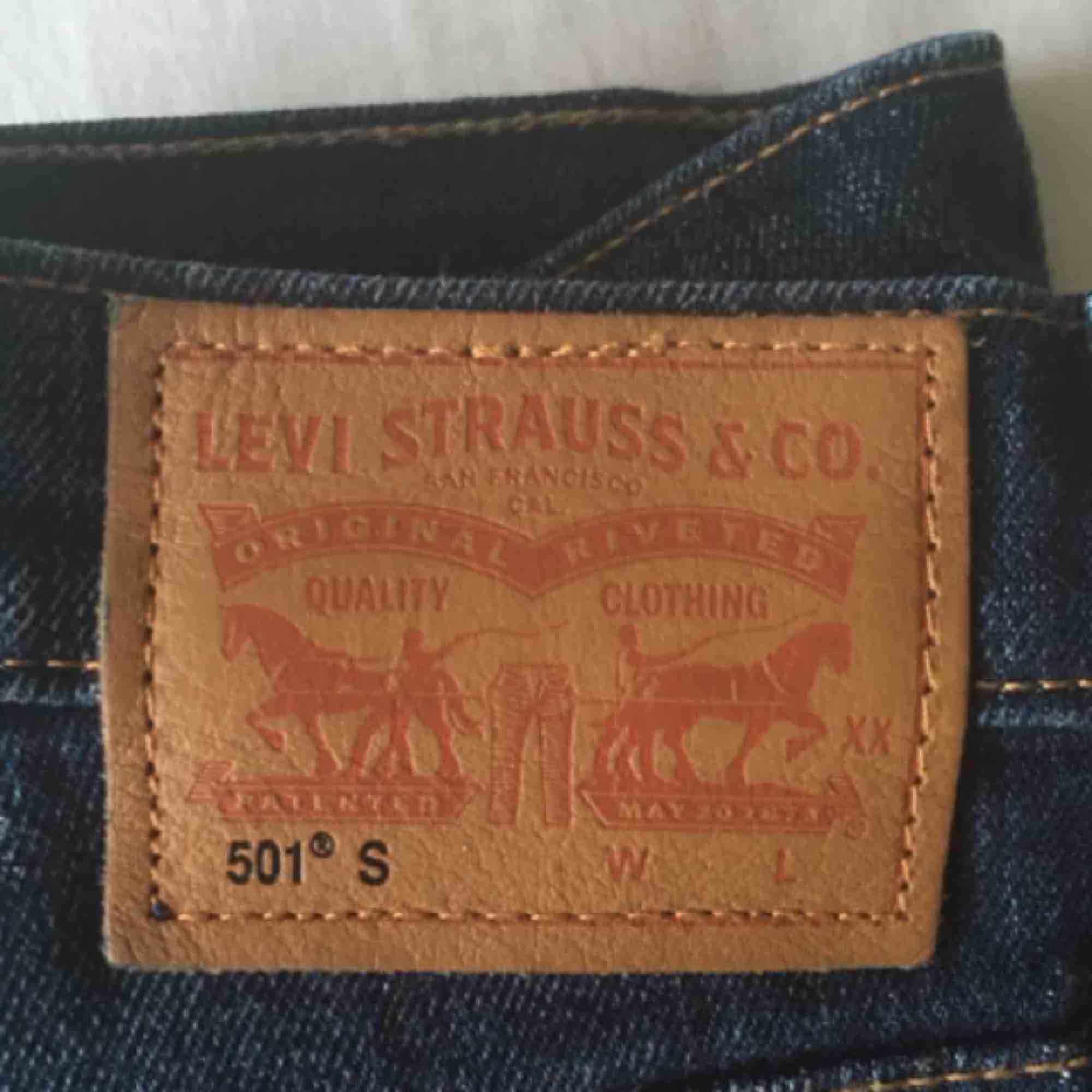 Levis 501, W 24, L 28 ✨ Mörkblå, höga i midjan, smalare nertill. Knappt använda! 🕺🏻 Köparen står för ev fraktkostnad 🥞. Jeans & Byxor.