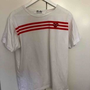 Comme des Garcons Play T-shirt. Storlek L men liten i storleken. Alla priser går att diskutera! Fraktar naturligtvis!
