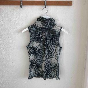 Djurmönstrat linne med polo. Köparen betalar frakt eller mötas upp i Stockholm.