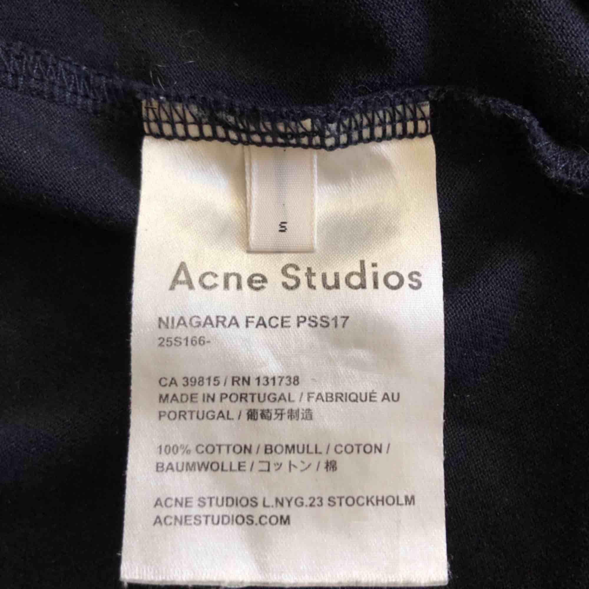 Acne Studios T-shirt. Niagara face med ikoniska face-loggan. Fint skick! Storlek S men något oversized. Alla priser går att diskutera! Fraktar naturligtvis!. T-shirts.