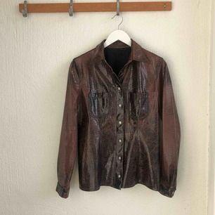 En skjorta/jacka köpt secondhand. Köpt för 200kr men pga slitet skick och att jag inte använder den ger jag gärna bort till nån som hellre vill ha den. Köparen betalar frakt eller möts upp i Stockholm.