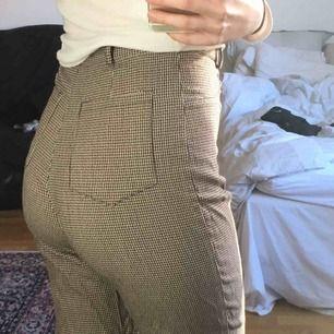 Rutiga byxor Köpta på humana! Omärkt storlek men jag är 36 i byxor o de sitter bra på mig!