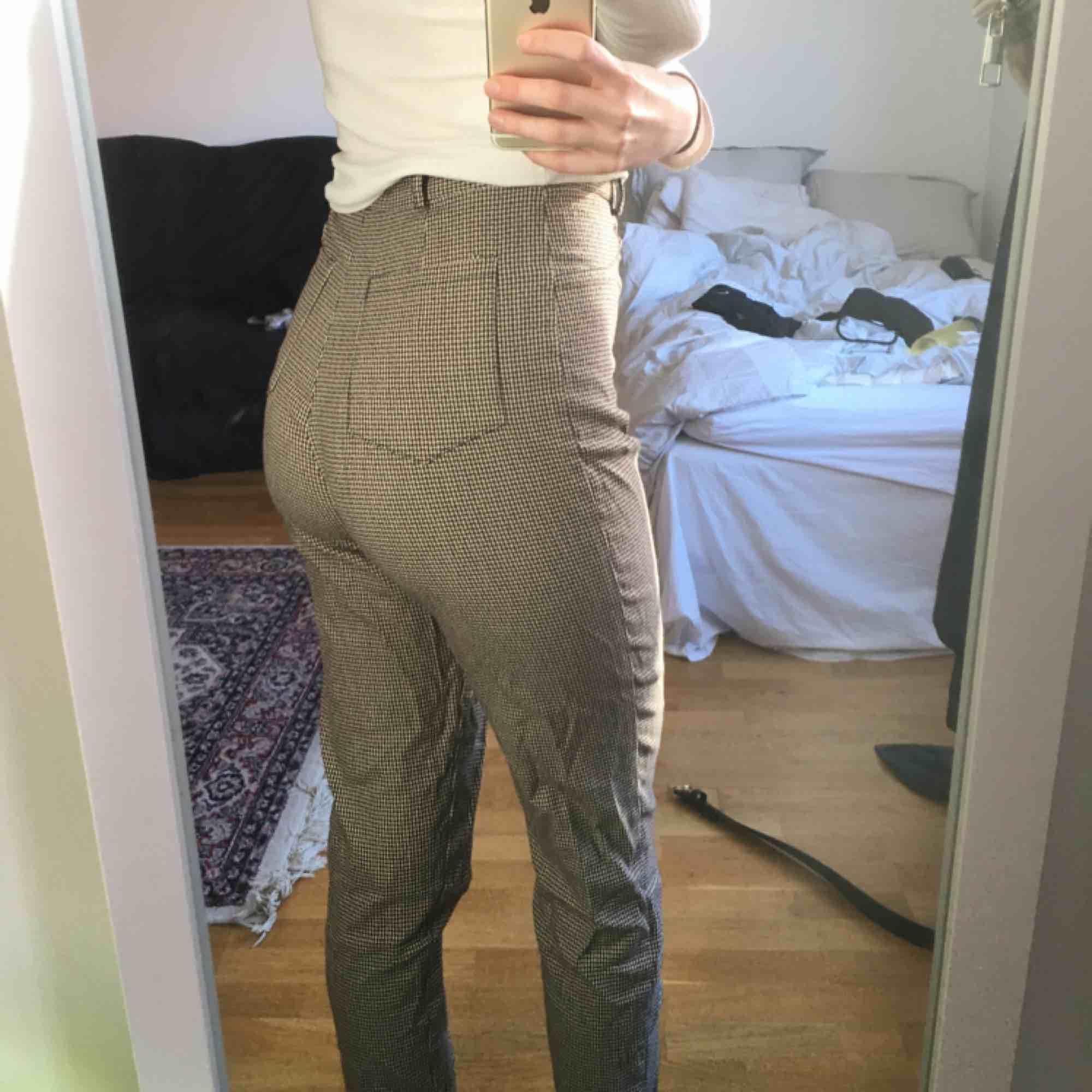 Rutiga byxor Köpta på humana! Omärkt storlek men jag är 36 i byxor o de sitter bra på mig! . Jeans & Byxor.