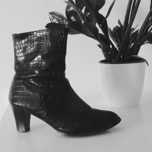 Supersnygga vintage boots. Alligatorliknande mönster i svart läder, bekväma att gå i.