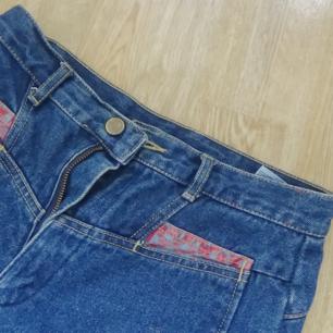Högmidjade vintagejeans med tight fit! Passar 26 i jeansstorlek, small i byxor.