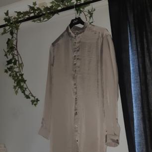 Silvrig klänning/nattlinne från BikBok! Aldrig använd 💫