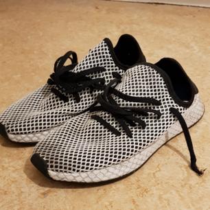 Förstörda adidas skor, hål i nätet och väldigt skitiga, tänker ifall någon vill köpa för att kanske klippa nätet helt, har hört att det blir väldigt snyggt. Annars väldigt sköna och enkla skor.