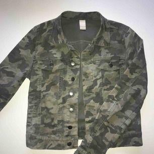 Militärfärgad jeansjacka, perfekt till vår/sommar. Använd men fortfarande i jättebra skick, en gammal favorit i min garderob🍀 Köparen står för frakten, betalning med Swish.