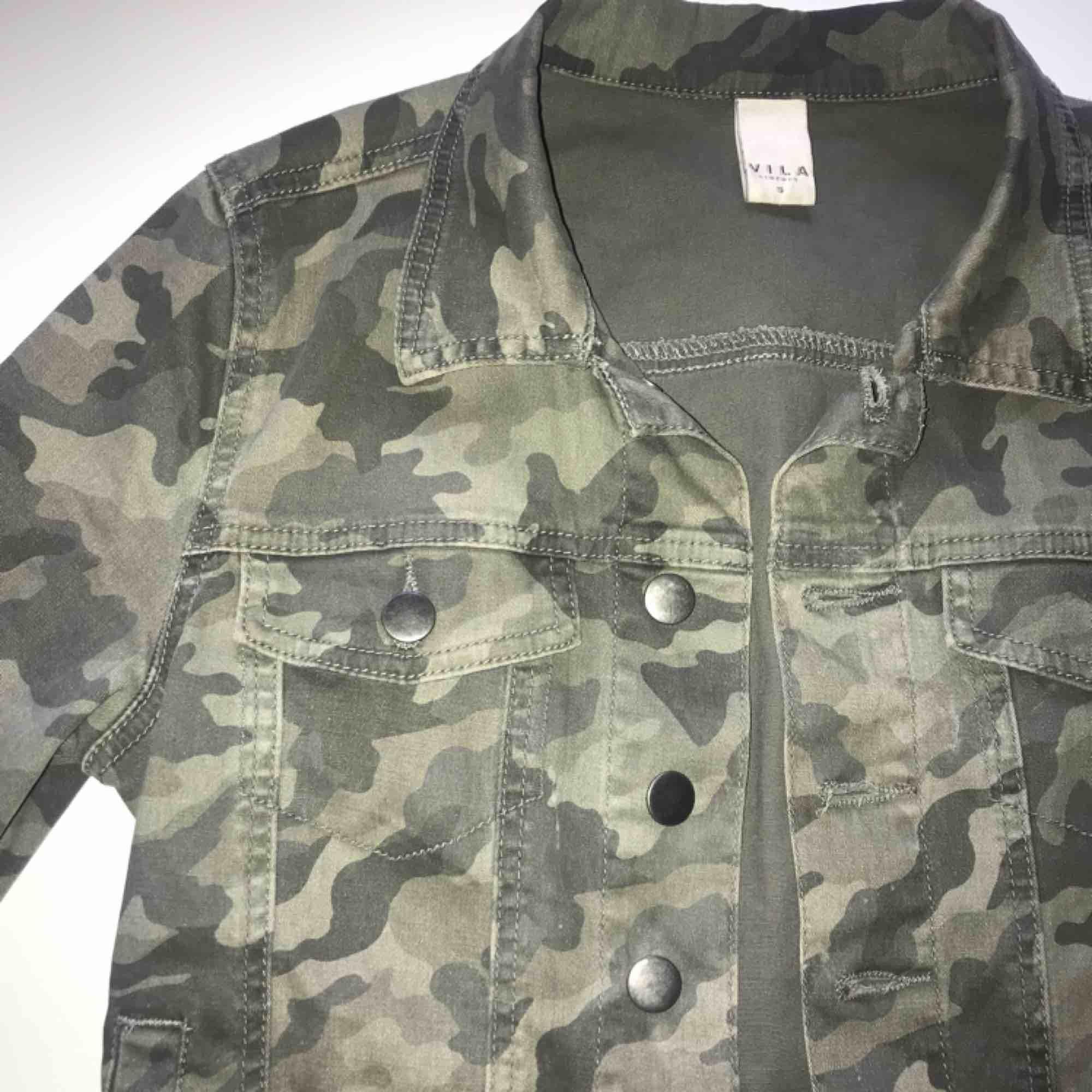 Militärfärgad jeansjacka, perfekt till vår/sommar. Använd men fortfarande i jättebra skick, en gammal favorit i min garderob🍀 Köparen står för frakten, betalning med Swish.. Jackor.